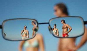 Очки для близорукости уменьшают предметы, но делают их более четкими.