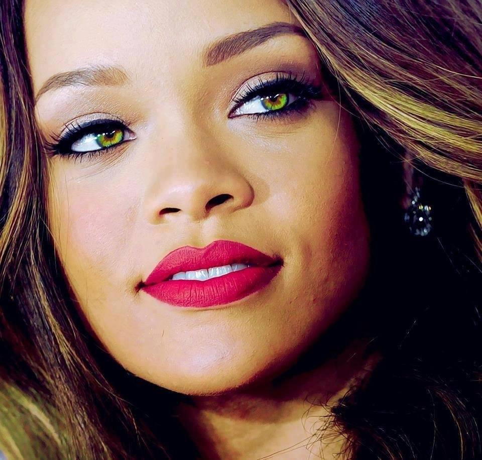 У певицы Рианны зеленые глаза