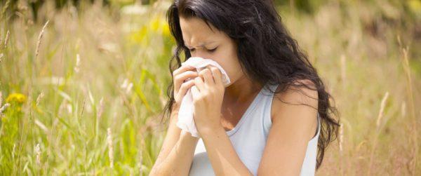 наличие аллергических реакций проявляется слезотечением и насморком