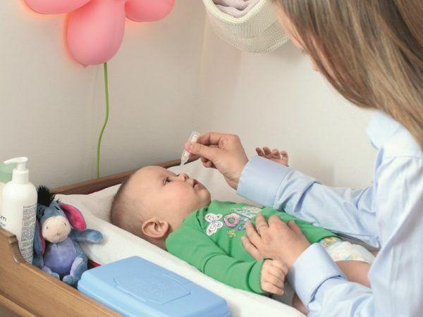 Врач назначает капли и показывает, как их закапывать ребенку