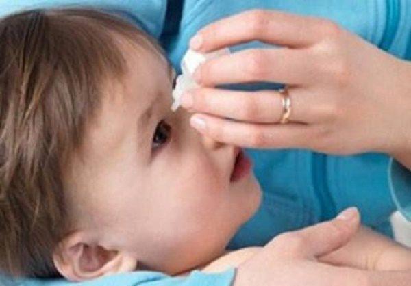 врач закапывает капли ребенку