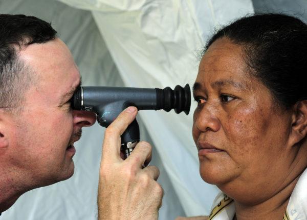 исследование глаза для выявления нарушения или других видов патологии