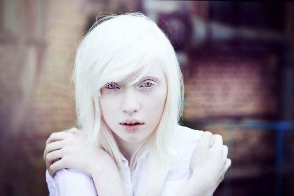 девушка со снежно-белыми волосами и кожей