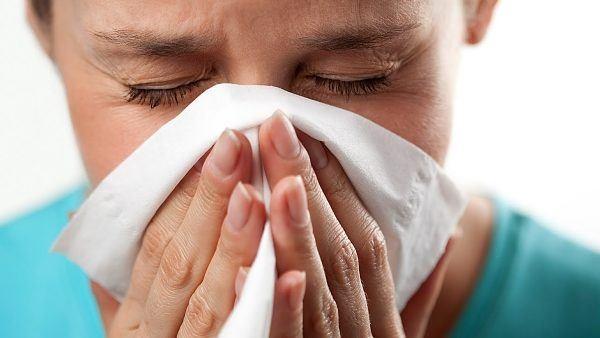 Насморк - одно из проявлений аллергии.