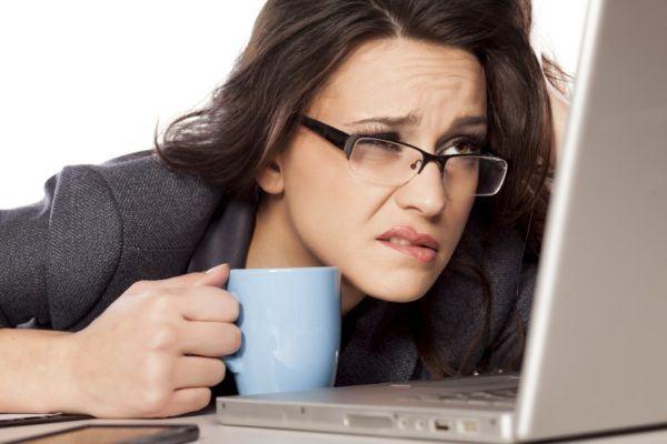 Длительная работа за компьютером приводит к нагрузке на органы зрения.