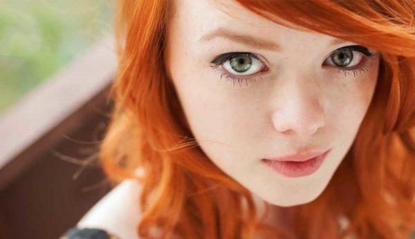 рыжеволосая девушка с зелеными глазами