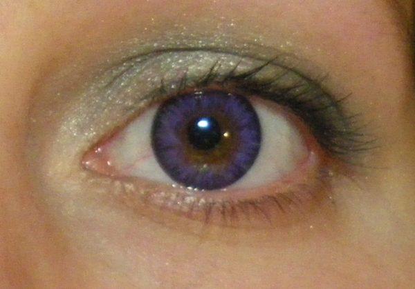 Фиолетовый оттенок радужки.