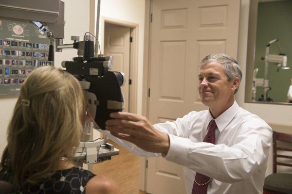 осмотр окулиста поможет выявить проблемы с глазами