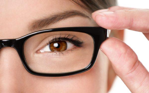 Ухудшение зрения и изменение его качества - первые симптомы заболевания.