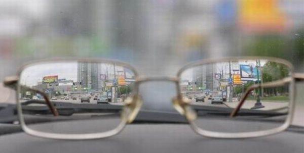 Так видит мир человек с миопией в очках и без них.